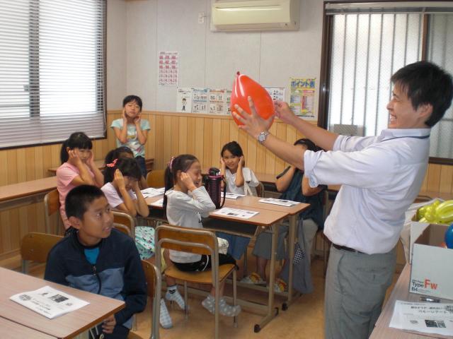 小学生イベント「バルーンアートに挑戦!」(学習塾トーゼミ 高坂校)
